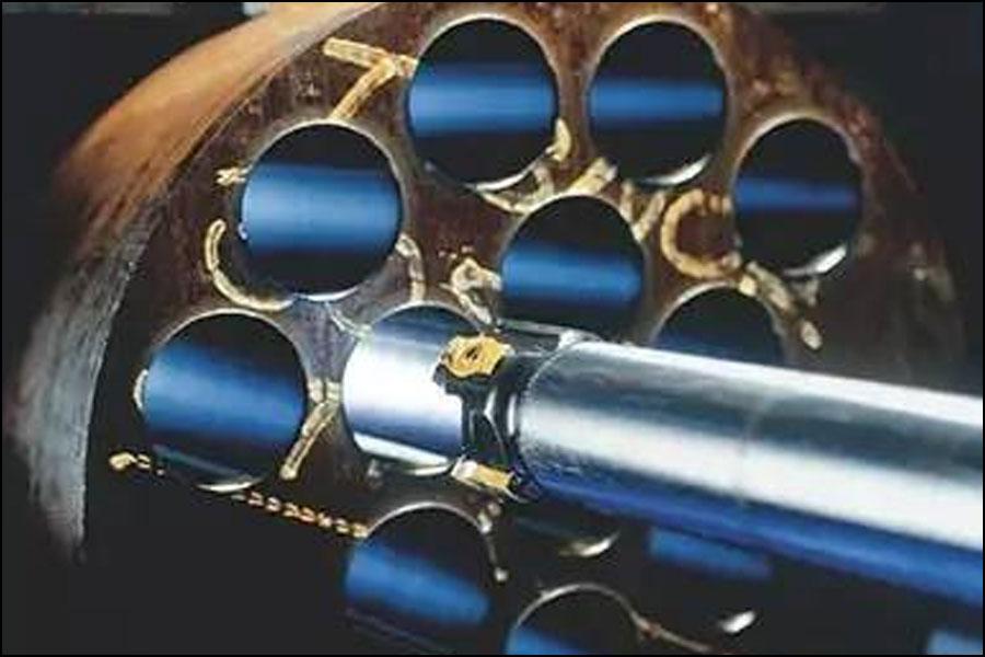 マシニングセンターやボーリングマシンで効率的な深穴加工を実現する方法