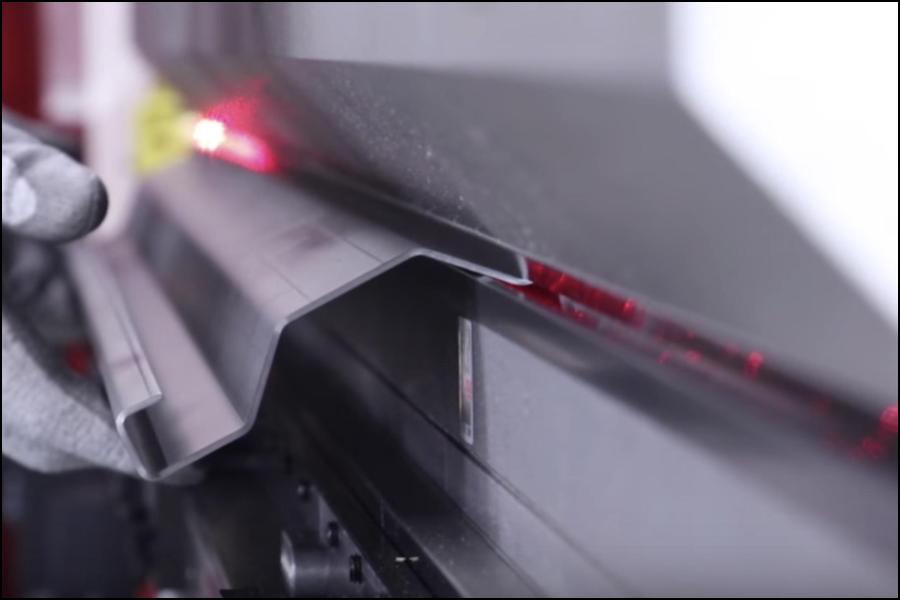 板金加工におけるレーザー切断機と従来のCNC装置の比較